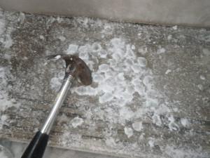 ルピナス階段 氷の塊をハンマーで砕く